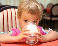 Молоко – нужен ли этот напиток ребенку?