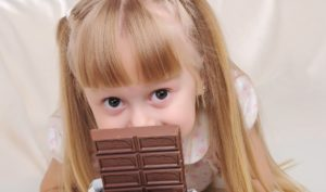 А Вы даете ребенку шоколад?
