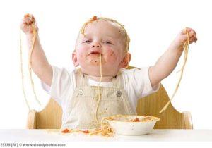 Чтобы малыш не переедал, он должен есть за столом